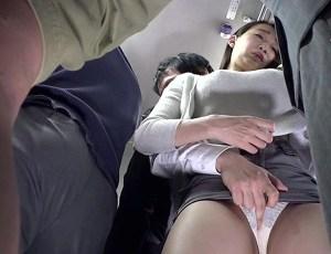 【蓮実クレア】満員バスで、旦那の目を盗み、サラリーマンの勃起チ○ポを挿入し、逆痴漢しちゃった糞エロい人妻!