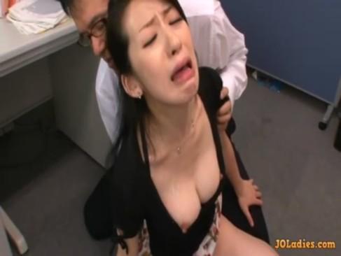 旦那が仕事で大きなミスをしてしまい謝罪に訪れた美乳美熟女妻が鬼畜男達から折檻を受けているおばさんの動画