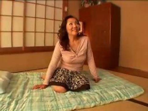 田舎に住む60代の巨乳おばあさんが初めての3P体験に興奮しておまんこを濡らす熟女動画画像無料