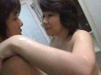 おばさん体型な四十路熟女のお母さんの風呂場を覗く息子のちんぽをおいしそうに頬張るzyukuzyob