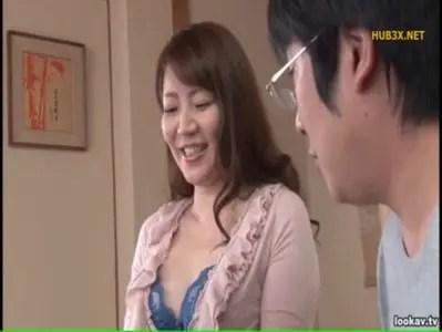 四十路美熟女が息子に迫れて身体を許すおばさんの動画