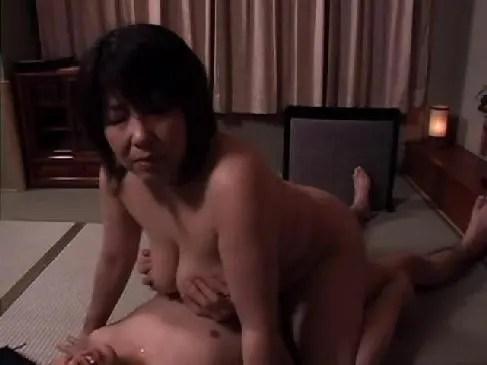 農家の還暦熟女が数十年振りの快感に喘ぎおまんこを濡らしてるjyukujo動画画像無料