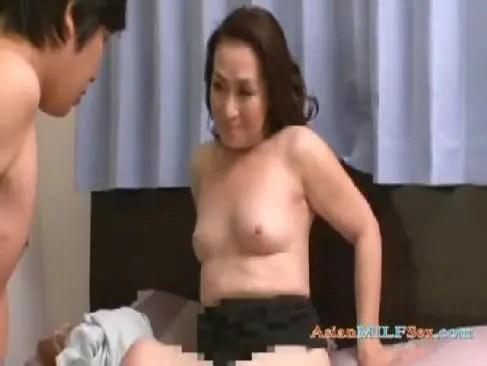 70歳目前の完熟したおばあさんが近親相姦の快感に嵌り我慢できずおまんこを広げてるjyukujo動画画像無料