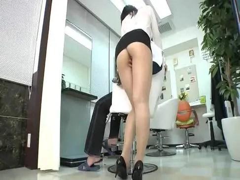 スケスケYシャツにミニスカの美熟女美容師が客に性行為サービスをしてる熟年の夜/50