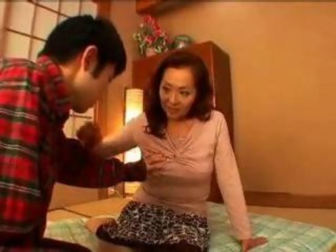 六十路熟女妻が高齢者の夫婦生活がなくて寝室でAV出演するオバチャンノ-パン