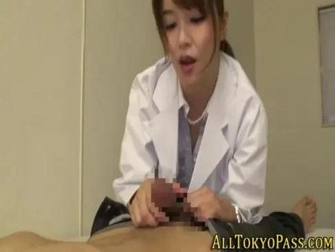 保健室で生徒の肉棒を咥えおまんこに挿入する美熟女教師のオバチャンノ-パン