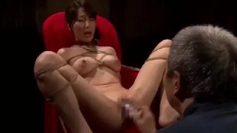 スタイル抜群な美人妻が義父に体を縛られSM調教されながら激しくおまんこを濡らして感じていく熟年女性動画
