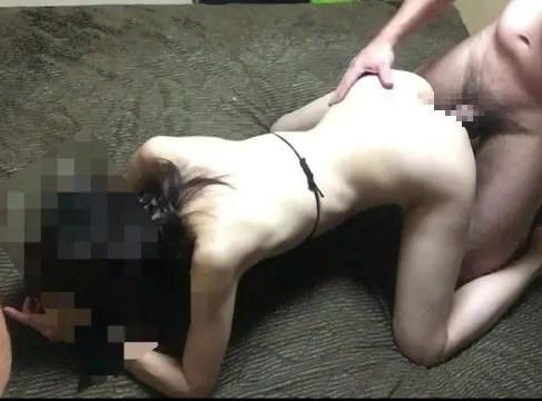 スレンダーな人妻がバックでおまんこを突かれ激しく悶える無修正の中年夫婦の性生活動画