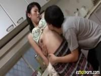 四十路を過ぎても色気溢れる母親に興奮した息子が背後から抱き...