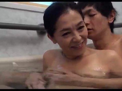スレンダーな美人のお母さんと息子が風呂でイチャイチャしながらセックスしちゃう近親相姦の高齢熟女動画