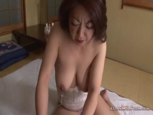ド変態で鬼畜な息子に性奴隷として調教される五十路垂れ乳熟年女お母さんのjyukujo動画画像無料