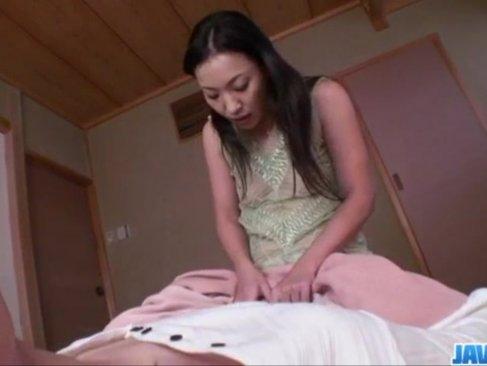 痴女攻めをするのが大好きな四十路熟年女!寝ているM男に快感を与えて反応を楽しんでるおばさんの動画
