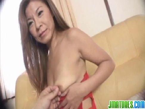 五十路熟女が熟年夫婦の夜の生活のマンネリに悩みポルノビデオ体験するjyukujo5060