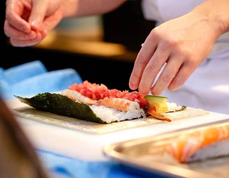 lav selv sushi, sushi kursus, kursus hvor du lærer at lave sushi, madlavningskursus med sushi, sushi gave, gaver itl sushi elskeren, sjov med sushi, julegaver til alle, julegaver til mor, julegaver til far
