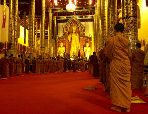 Buddhist monks praying in Wat Chedi Luang