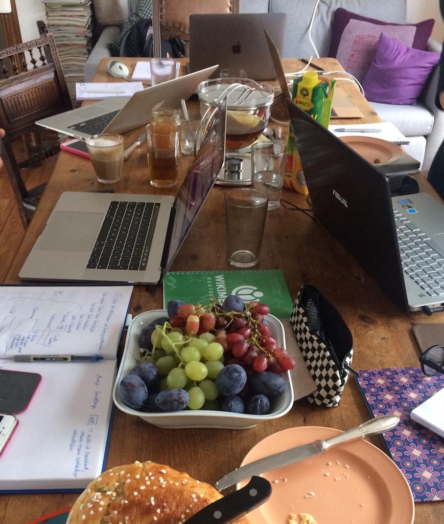Tisch mit Essen und Laptops