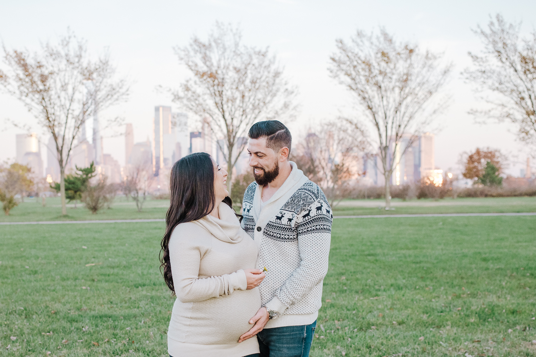 lifestyle maternity session - jersey city - liberty state park