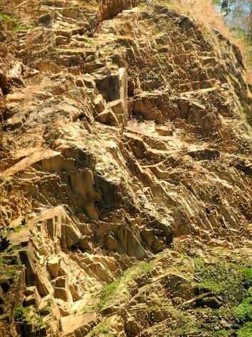 die kleinen hellen Punkte an den Felsen sind hunderte von Fledermäusen