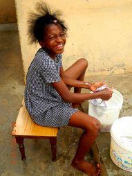 Meine Schwester Nora (Mamé) beim waschen.