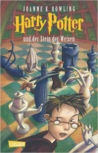 Eigentlich hatte Harry geglaubt, er sei ein ganz normaler Junge. Zumindest bis zu seinem elften Geburtstag. Da erfährt er, dass er sich an der Schule für Hexerei und Zauberei einfinden soll. Und warum? Weil Harry ein Zauberer ist. Und so wird für Harry das erste Jahr in der Schule das spannendste, aufregendste und lustigste in seinem Leben. Er stürzt von einem Abenteuer in die nächste ungeheuerliche Geschichte, muss gegen Bestien, Mitschüler und Fabelwesen kämpfen. Da ist es gut, dass er schon Freunde gefunden hat, die ihm im Kampf gegen die dunklen Mächte zur Seite stehen.