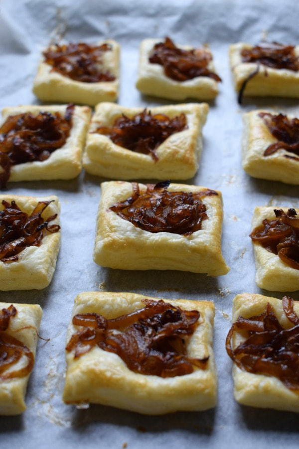 caramezlied onions on puff pastry