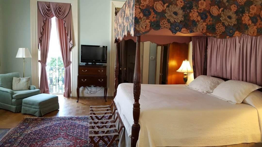 Beautiful Bed in historic Charleston SC B&B