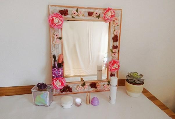 DIY Hollywood Spiegel selber bauen, Spiegel mit Blumen und Lichtern, Spiegel mit Lampen und Blumen selber bauen, DIY Schminkspiegel mit Licht bauen (4)