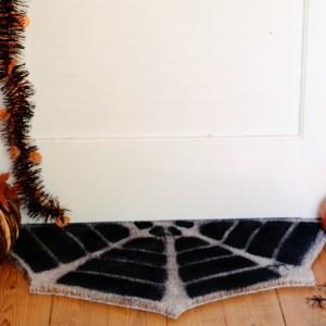 DIY Türmatte für Halloween Do it yourself Spinnennetz Fußmatte einfach selber basteln, basteln für Halloween, halloweendeko selber machen
