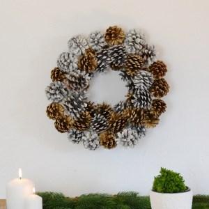 Türkranz aus Tannenzapfen basteln, basteln mit naturmaterialien wie Zapfen, Kiefernzapfen, Tannenzapfen kranz selber machen weihnachtlicher türkranz selber machen mit zapfen diy