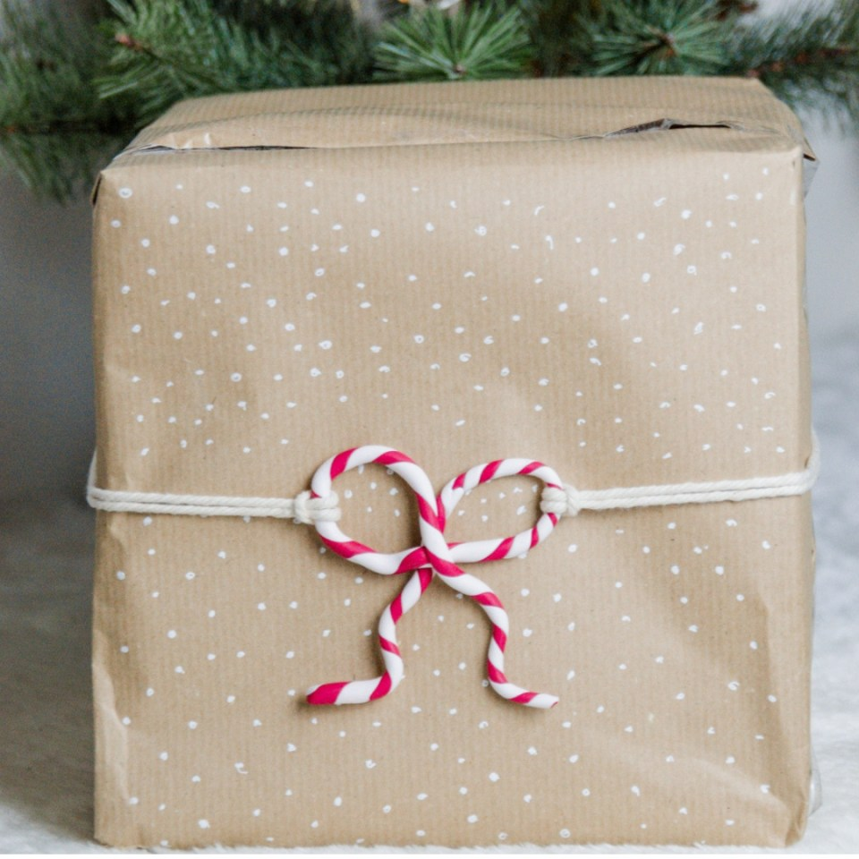 DIY Geschenke verschönern mit Fimo - DIY Zuckerstange als Schleife für DIY Geschenkeverpackung. ausgefallene Geschenkeverpackung, Geschenke modern verpacken (12)