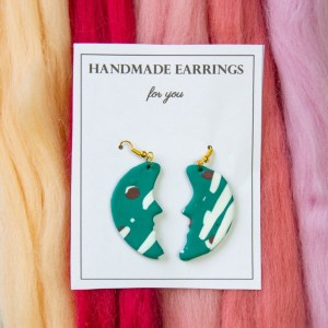 DIY Ohrringe in Mondform mit Terrazzo Muster aus Modelliermasse mit einfacher Anleitung selber basteln , die perfekte DIY Geschenkidee z.B für den Muttertag, oder für die beste Freundin