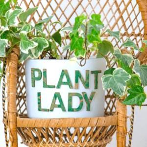 Kerzenglas Upcycling Idee - Blumentopf Plant Lady einfach selber basteln - Holzbuchstaben Plant Lady auf altes Kerzenglas - Blumentopf anleitung zum nachbasteln