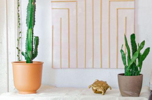 große Wanddeko selber machen, diy Wanddeko, Leinwand gestalten Ideen, Leinwand mit Holz gestalten symetrisches muster