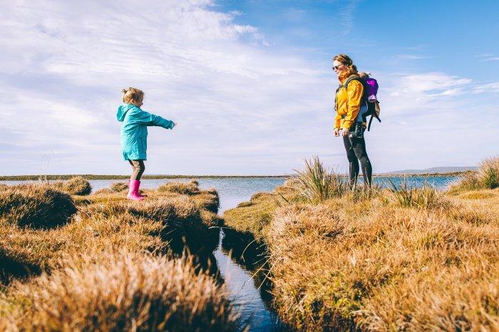 Promenade au bord de l'eau, complicité mère fille