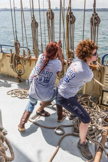 L'équipage de De Gallant hisse les voiles d'avant