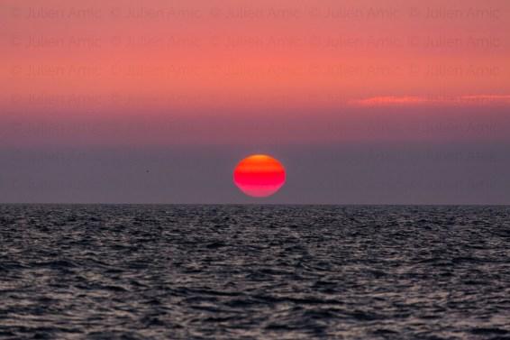 Coucher de soleil très rouge en mer du Nord.