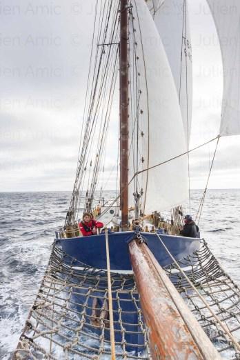 Vue de la goélette Gallant en navigation depuis le bout-dehors.