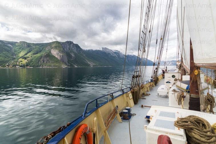 De Gallant navigue dans le Lysefjord.