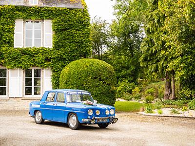 Renault R8 Gordini dans la cour de réception du mariage