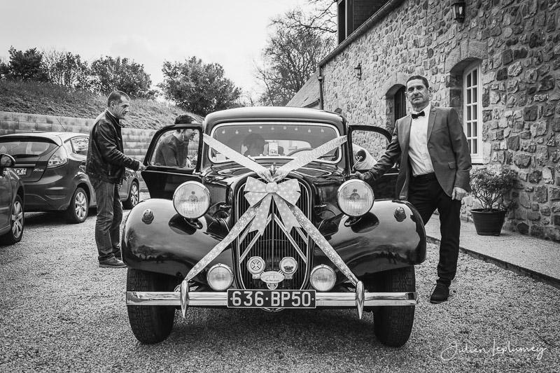 Gros plan sur la voiture des mariés