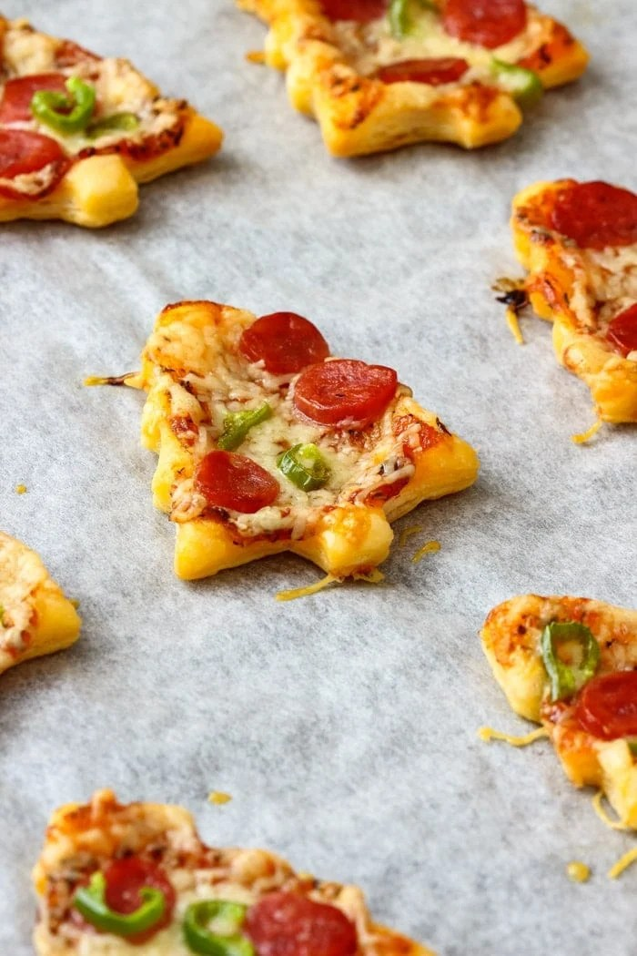 Christmas Tree Mini Pizzas ~ This is the perfect Holiday party appetizer. Ready in 30 minutes these mini pizzas are definitely crowd-pleasers!