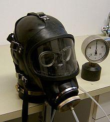 Normaldruckmaske Typ Auer 3S mit eingebauter Maskenbrille auf Prüfkopf - Bild: Wikipedia