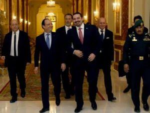 François Hollande und der Milliardär Saad Hariri in Riyad. Im Hintergrund die Minister Jean-Yves Le Drian und Laurent Fabius - Bild: voltairenet