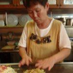 素早い手つきで、お好み焼きを作る岸江さん。