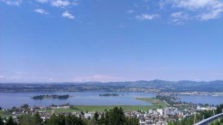 Pfäffikon SZ und der Zürichsee - im Hintergrund Rapperswil SG