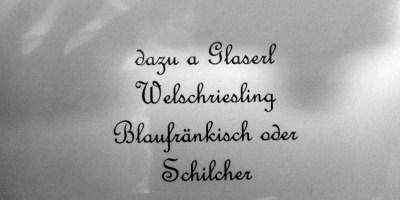 """Hier ist ein Foto einer österreichischen Speisekarte zu sehen - eine Weinempfehlung. Zu lesen ist der Text """"dazu a Glaserl Welschriesling Blaufränkisch oder Schilcher"""""""