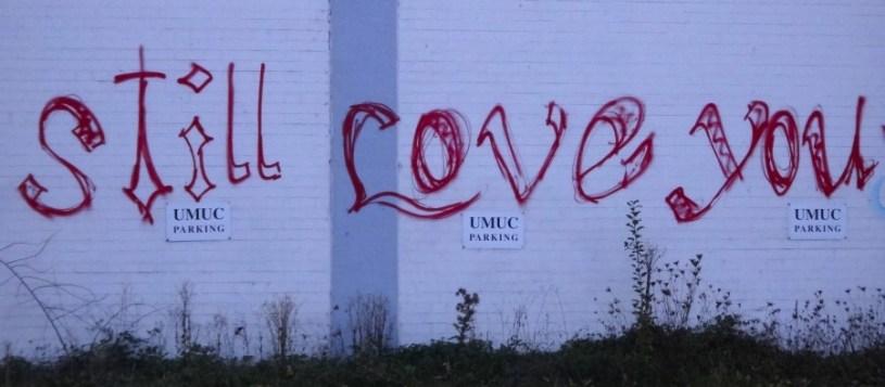 """Graffiti an einer Hallenwand in Heidelberg, die Schrift """"Still love you"""""""