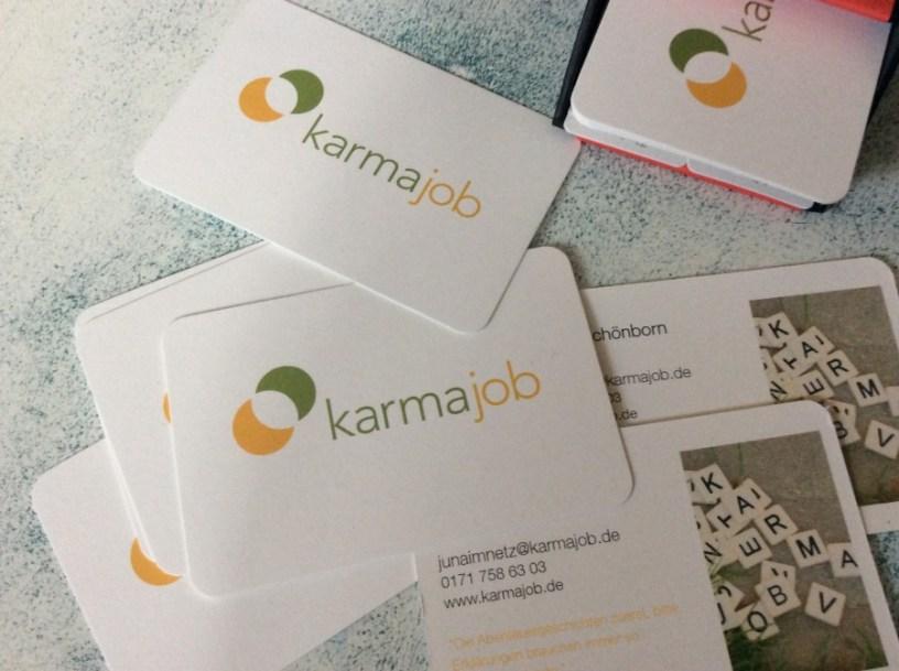 Hier ist ein Bild von meinen Visitenkarten mit Logo zu sehen. Man kann die Website www.karmajob.de erkennen.
