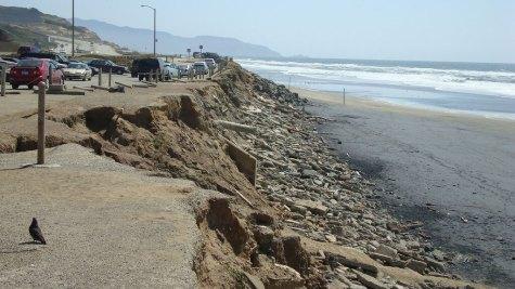 Ocean Beach erosion. Photo: Coastal Care https://commons.wikimedia.org/wiki/File:Coastal_Erosion.jpg (CC BY-ND)