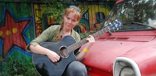 June Beltoft singer-songwriter inviterer til koncert hjemme i sin private have